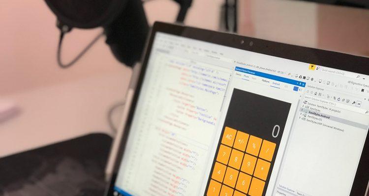 Programa para controle financeiro de empresas – Na foto, um computador com uma calculadora