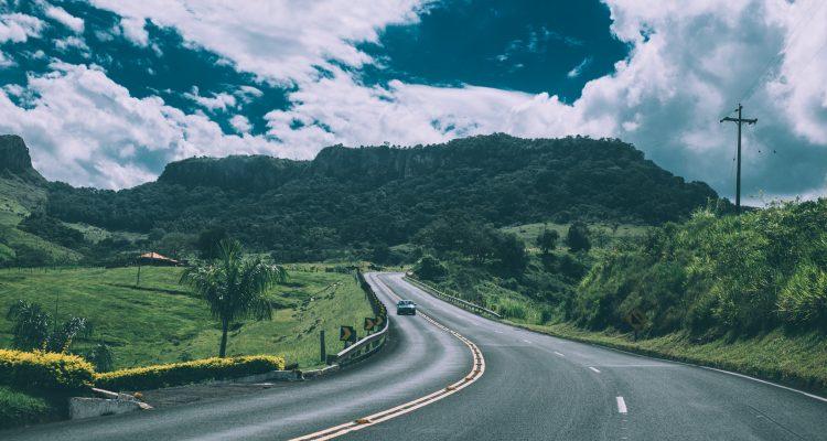 Política de reembolso de quilometragem - Uma estrada com um carro viajando - Photo by Kaique Rocha from Pexels