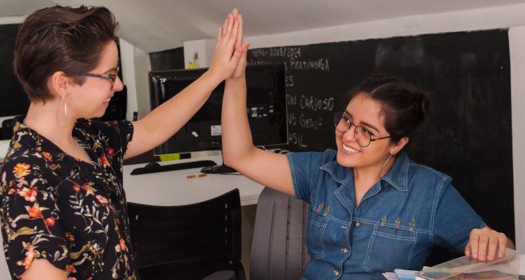Fatores que afetam a competitividade de uma empresa – Foto com duas mulheres - Fotógrafo: Urich Santana